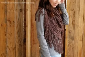 Boho Finge Cowl Crochet Pattern - The Boho Fringe Cowl Crochet Patternwill add some fun to your outfit! It's cute with jeans and a t-shirt, but I think it would also look so cute with a skirt and some boots.